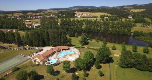 patrimoine village vue aerienne piscine